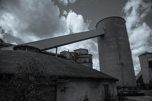 заброшенный завод, черное и белое, на открытом воздухе